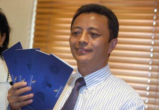 Le 20 janvier, l'ex-président malgache Marc  Ravalomanana montre les billets d'avion qui lui permettent de revenir à Antananarivo.