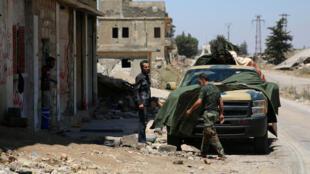 Membros do Exército Sírio Livre são vistos em Quneitra, na véspera da entrada em vigor do cessar-fogo.