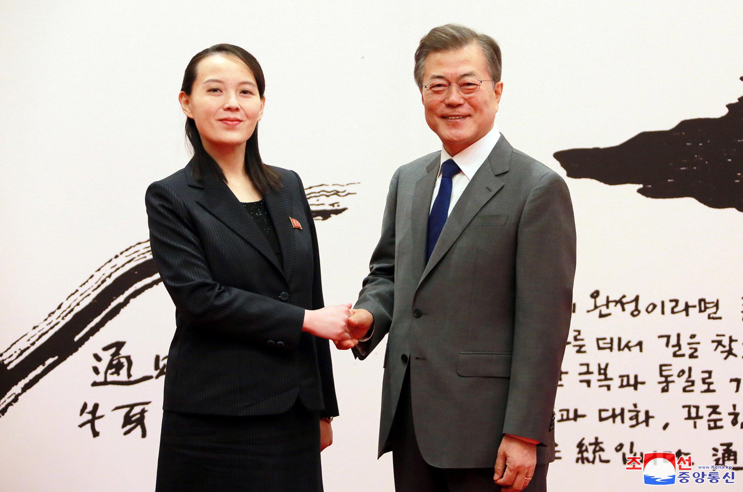 Le président sud-coréen Moon Jae-in salue Kim Yo-jong, soeur du leader nord-coréen Kim Jong-un. Photo non datée distribuée par l'agence KCNA le 10 février.