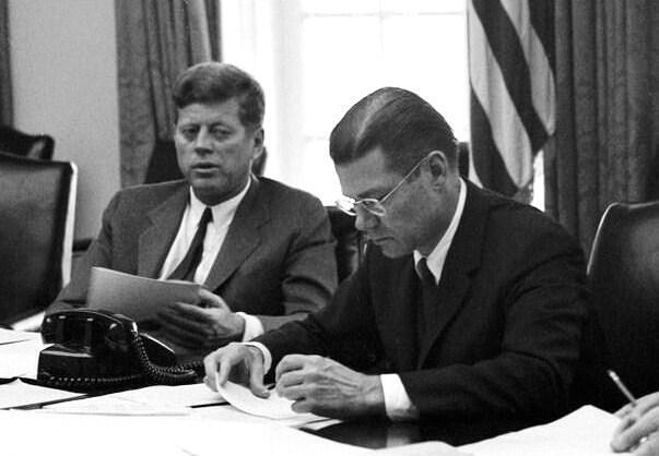 លោក John Kennedy ប្រធានាធិបតីអាមេរិក (ស្តាំ) និងលោក Robert McNamara រដ្ឋមន្រ្តីការពារជាតិ ក្នុងអំឡុងវិបត្តិមីស៊ីលគុយបា ខែតុលា ឆ្នាំ១៩៦២
