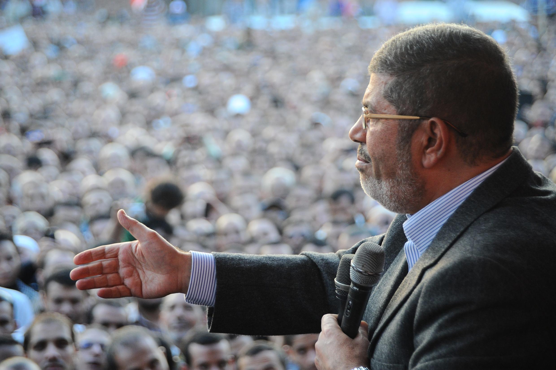 Мохаммед Мурси выступает перед своими сторонниками на площади перед президентским дворцом в Каире 23/11/2012