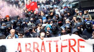 Les manifestants, de jeunes anarchistes, marchaient devant une banderole proclamant »abattons les frontières». Brenner, le 7 mai 2016.