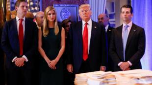 Tổng thống Donald Trump và các con Eric Trump, Ivanka, Donald Trump Jr. trong một cuộc họp báo tại Trump Tower, New York, ngày 11/01/2017.