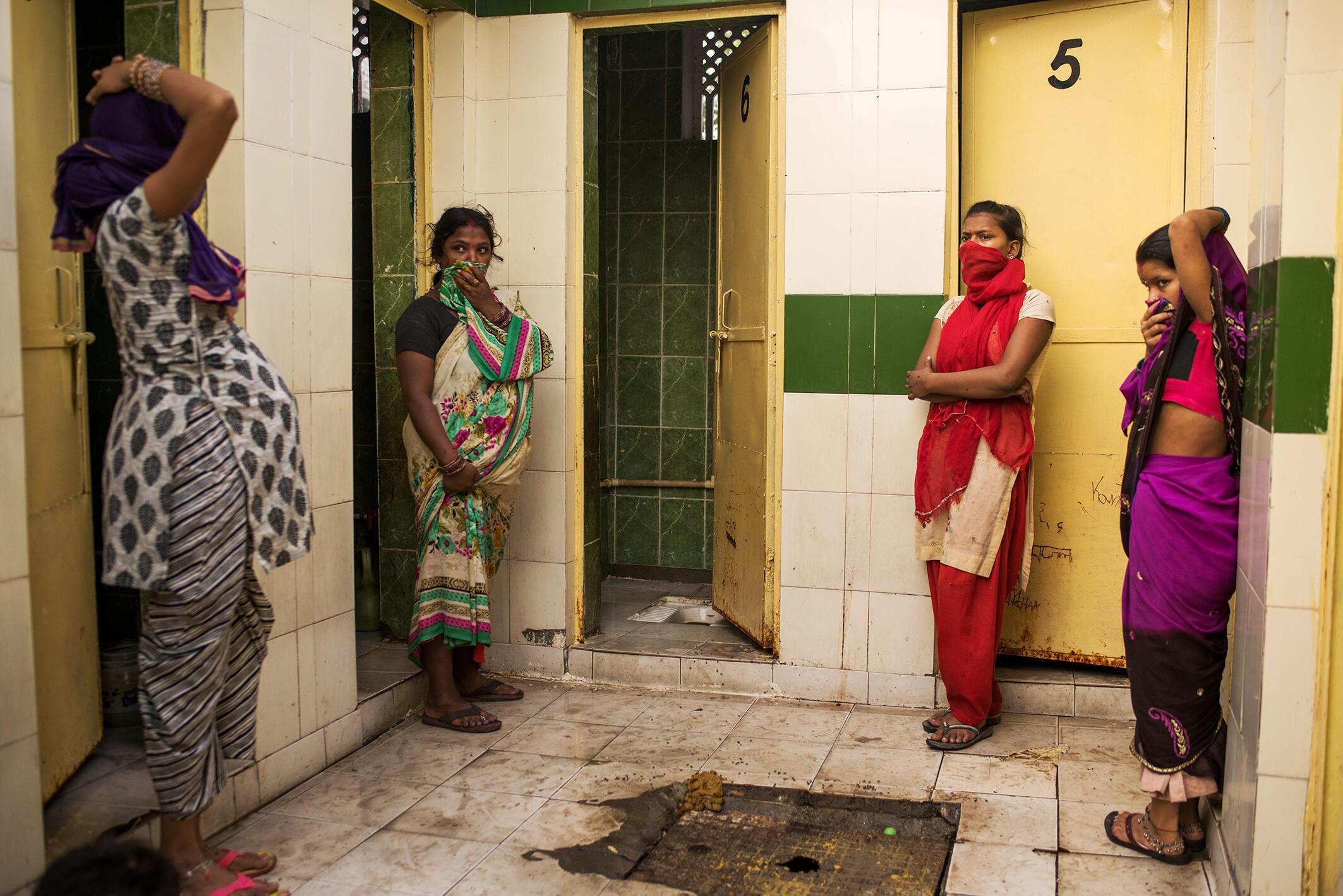 A New Delhi, des installations collectives sont une réponse à la pénurie de toilettes en Inde, mais sans système organisé pour le nettoyage et l'entretien, la défécation reste un problème de santé publique.