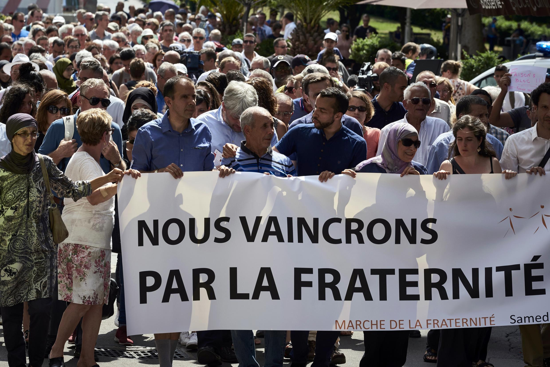 30/07/2016. «Марш братства» в Лионе, организованный региональным мусульманским советом. «Мы победим благодаря братству», — написано на плакате.