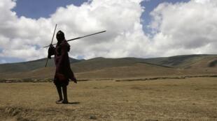 Un Masaï marche dans le Ngorongoro, dans le nord de la Tanzanie.