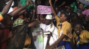 Le président gambien sortant Yahya Jammeh lors d'un meeting de campagne à Sukuta Village le 28 novembre 2016.