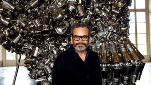 L'artiste indien Subodh Gupta devant son œuvre «Very Hungry God» exposée à la Monnaie de Paris.