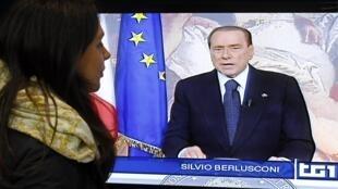 Silvio Berlsuconi faisant ses adieux aux Italiens à la télévision, le 13 novembre 2011, après son départ de la présidence du Conseil.