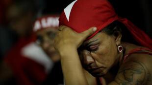 Apoiadores do ex-presidente Luiz Inácio Lula da Silva reagem com apreensão após voto de ministra Rosa Weber, do STF, em 4 de abril de 2018.
