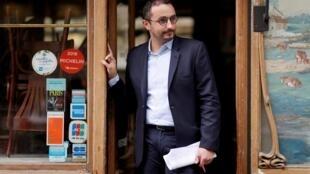 """Stéphane Manigold, presidente del consorcio de restaurantes Eclore y Maison Rostang, posa delante de """"Le Bistrot d'à côté Flaubert"""" después de su victoria sobre su aseguradora Axa en París el 22 de mayo de 2020."""