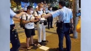 thumbnail_4.6 黃浩銘(左)和徐漢光被警方攔截,在維園外就地點燭和高唱民運歌(麥燕庭提供)