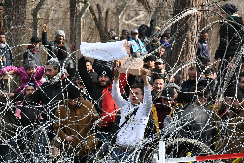 Di dân tại cửa khẩu Pazarkule, Thổ Nhĩ Kỳ, tìm cách sang Hy Lạp. Ảnh chụp ngày 02/03/2020