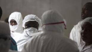 Enfermeiros que cuidam de pacientes com ebola em Monróvia.