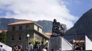 La statue du célèbre colonisateur britannique Cecil John Rhodes trônant  à l'entrée de l'Université du Cap, est recouverte de sacs-poubelle en plastique noir en signe de protestation.