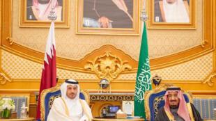 Sarki Salman bin Abdulaziz Al Saud na Saudiya tare da Franministan Qatar Sheikh Abdullah bin Nasser bin Khalifa Al Thani yayin wani taron kasashen yankin Gulf