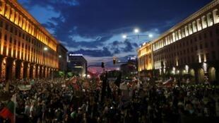 Plus de 18000 Bulgares ont manifesté pour le huitième jour à Sofia, le 16 juillet 2020, réclamant la démission du gouvernement qu'ils accusent de corruption et de liens oligarchiques.