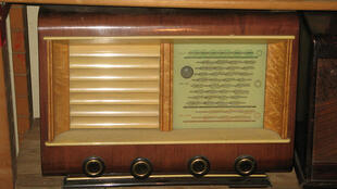 Modelo antigo de rádio.