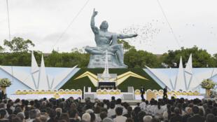 资料图片:日本长崎纪念核爆炸的和平雕塑前,民众为1945年长崎原子弹轰炸遇难者祈祷。摄于2019年8月9日。