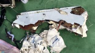 Destroços do Airbus A320 da companhia EgyptAir encontrados no Mar Mediterrâneo na quarta-feira (15).
