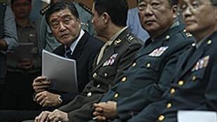 台湾国防部长高华柱(左)。图片摄于2013年7月15日
