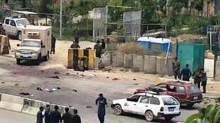 نیروهای امنیتی مستقر در اطراف محل انفجار در برابر دانشگاه نظامی مارشال فهیم