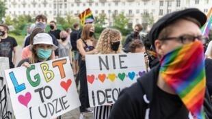 Des Polonais manifestent contre le gouvernement après des propos anti-LGBT du président Duda à Varsovie, le 20 juin 2020.