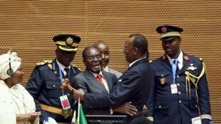 Shugaba Mugabe ya na mai yabawa Idris Deby Sabon Shugaban AU