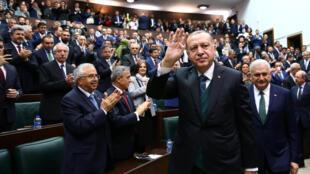 Le président turc Recep Tayyip Erdogan salue des membres du parlement de son parti, le 20 mars 2018 à Ankara.