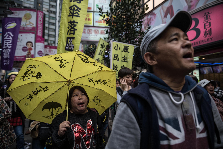 2017年3月25日,香港泛民派手拿黄色雨伞上街,抗议香港自由受到挤压。