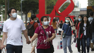 台北街頭戴口罩的人群