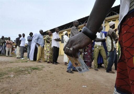 À Bouaké, des Ivoiriens attendent leur tour pour voter lors de l'élection présidentielle, le 31 octobre 2010.