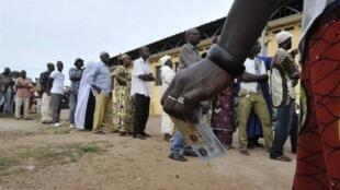 A Bouaké, des ivoiriens attendent leur tour pour voter lors des présidentielles, le 31 octobre 2010.