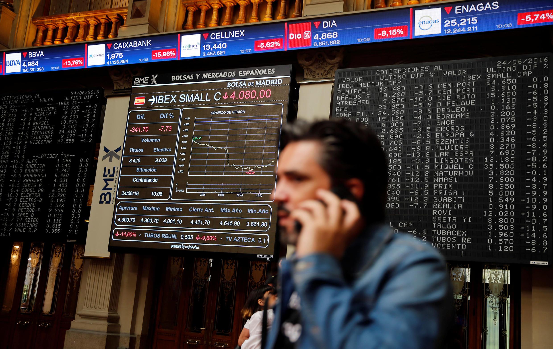 Em 2016, os eventos políticos tiveram forte impacto nos mercados; no dia seguinte ao Brexit, a bolsa de Madri caiu 10% (foto).