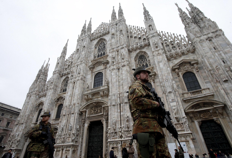 Альпийский полк итальянской армии патрулирует площадь у Миланского собора спустя неделю после террористической атаки на Париж. 20.11.2015