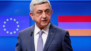 Rais wa Armenia, Serzh Sargsyan, alipotoa hutupa yake baada ya kukutana bazara la umoja wa ulaya  jijini Brussels, Ubelgiji Febr 27, 2017.