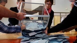 法國總統大選第一輪投票斯特拉斯堡一投票站的選舉官員清空投票箱2012年4月22日