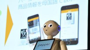 """Robot """"Pepper"""" được giới thiệu trong một cuộc họp báo tại Tokyo, ngày 20/07/2016."""