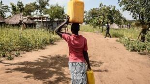 Une réfugiée sud-soudanaise transporte de l'eau dans le camp de Bidibidi, dans la région de Yumbe, en Ouganda. (Image d'illustration)
