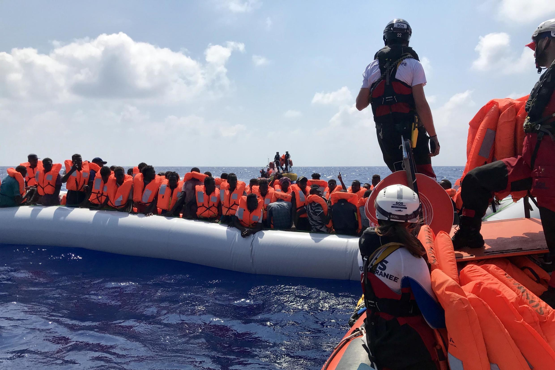 Opération de sauvetage du navire humanitaire «Ocean Viking» affrété par SOS Méditerranée et Médecins sans frontières, en Méditerranée, le 10 août 2019. 80 migrants ont été secourus.