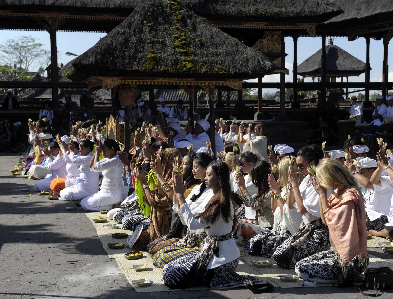 Các ứng cử viên Hoa hậu Thế giới thăm đền thờ Besakih, Karangasem, đảo Bali, 11/09/2013.