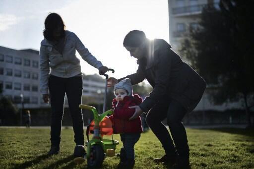 Desde 2013, casais do mesmo sexo podem adotar crianças da mesma forma que casais heterossexuais. No entanto, a discriminação persiste, especialmente na região de Seine-Maritime, no noroeste da França.