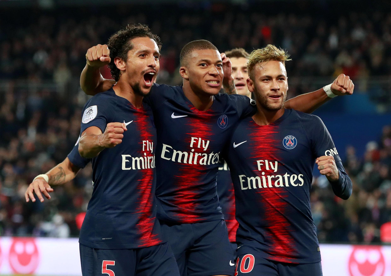 Os jogadores parisienses estão imparáveis. Na imagem da esquerda para a direita: o defesa brasileiro Marquinhos, o avançado francês Kylian Mbappé, e o avançado brasileiro Neymar.