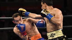 Le boxeur français Nordine Oubaali (droite) envoie un jab au Philippin Nonito Donaire, durant leur combat pour le titre WBC des coqs, le 29 mai 2021 à Carson