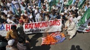 Người dân Pakistan đang phẫn nỗ đốt cờ Mỹ  sau vụ Raymond Davis một nhân viên Mỹ bị tố cáo giết hại hai người pakistan tại Karachi hôm 11/02/2011