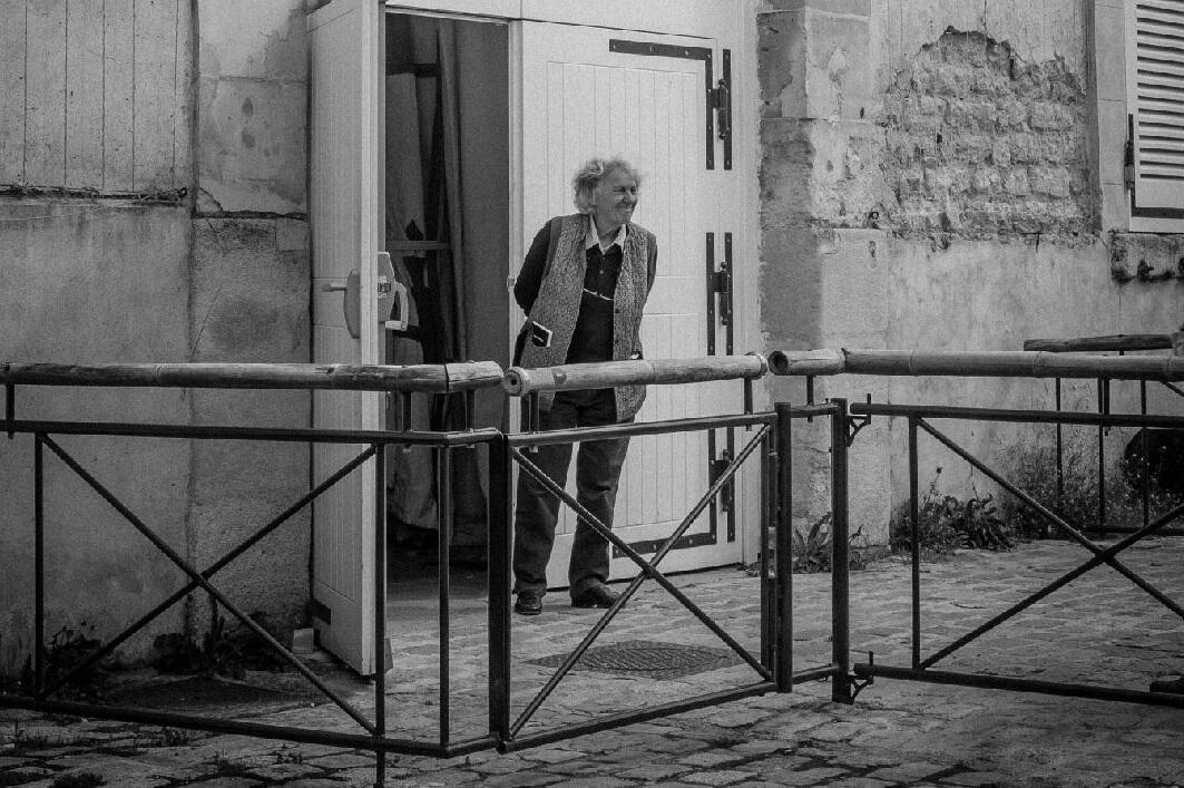 A diretora Ariane Mnouchkine, às portas do mítico Théatre du Soleil, em Paris, fazendo uma das coisas que mais aprecia: receber o público na entrada do teatro, há mais de 50 anos.