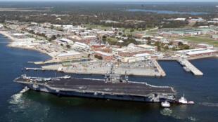 Lieu d'une fusillade qui a fait 4 morts le 6 décembre 2019, la base américaine de Pensacola en Floride avec le USS John F. Kennedy en 2004.
