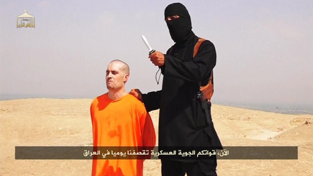 Đoạn video cho thấy nhà báo Mỹ James Foley và người 'đao phủ', được lưu hành trên mạng ngày 19/08/2014.