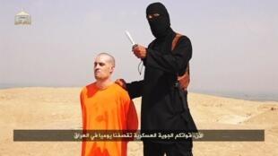视频中的蒙面男子将美国记者弗莱残忍斩首