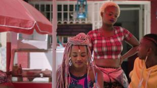 Samantha Mugatsia (à esquerda) e Sheila Munyiva (à direita) em « Rafiki » de Wanuri Kahiu.